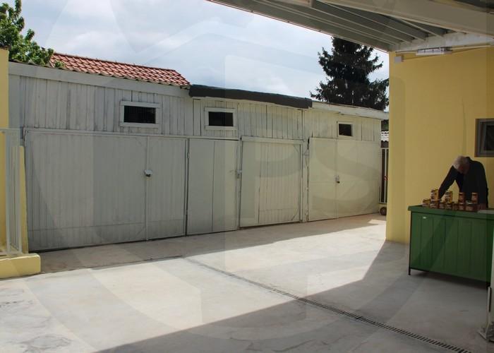 INTENȚIONAT?! Grupul sanitar a fost ridicat în fața unor garaje construite ilegal