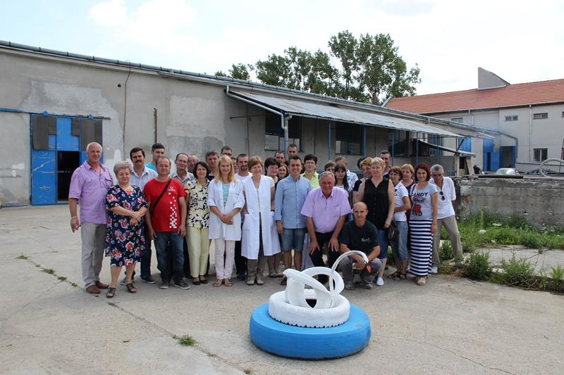 Marea familie Lebăda, în curtea Fabricii de la Valea Vinului