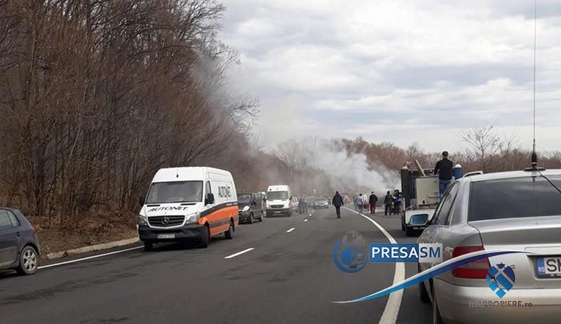 Un microbuz, plin cu pasageri, a luat foc